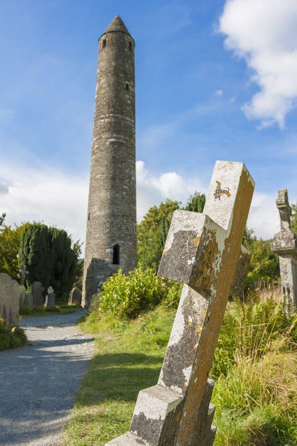 Compressa nel cimitero di Glendalough e nella torre rotonda fotografia stock libera da diritti
