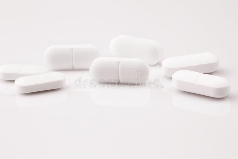 Compresse bianche della medicina, pillole antibiotiche fotografie stock