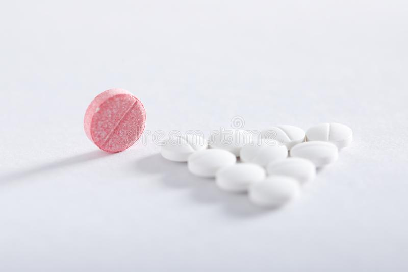 Compresse della medicina su fondo bianco, tema della farmacia immagini stock libere da diritti