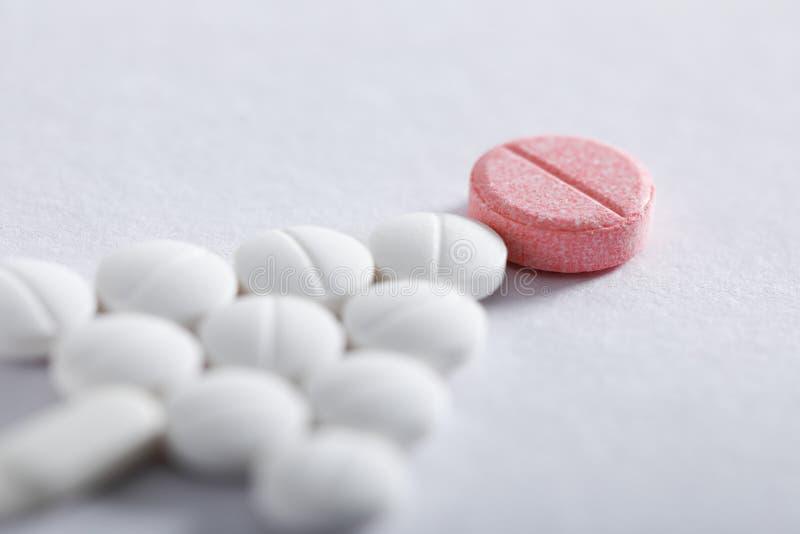 Compresse della medicina su fondo bianco, tema della farmacia fotografie stock libere da diritti