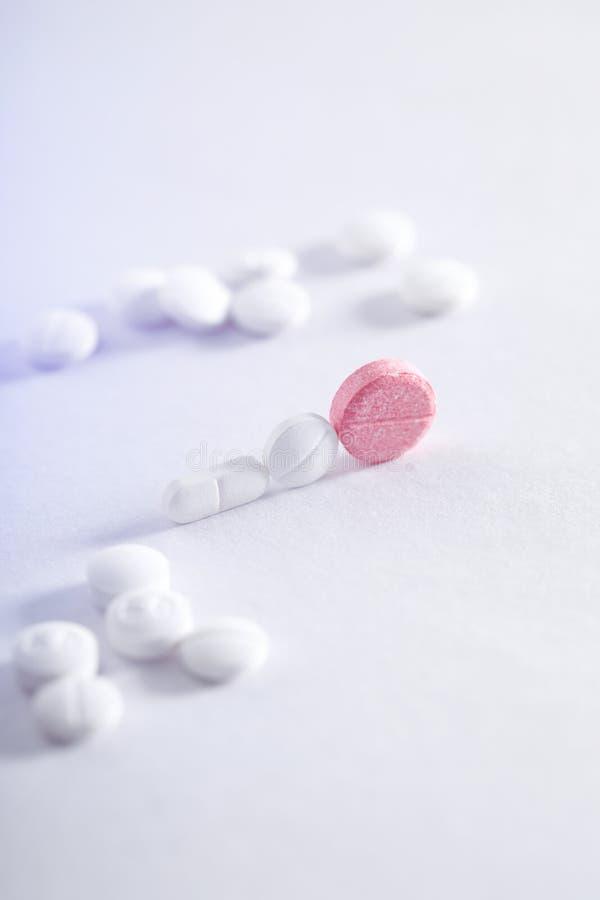 Compresse della medicina su fondo bianco, tema della farmacia immagine stock libera da diritti