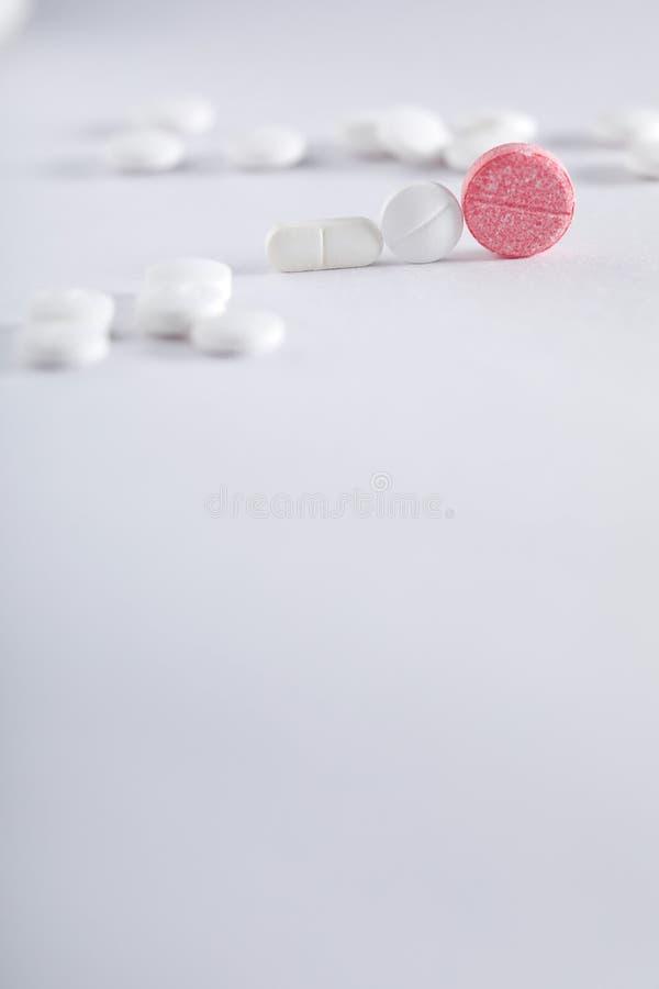 Compresse della medicina su fondo bianco, tema della farmacia immagine stock