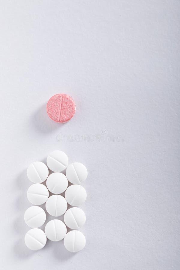 Compresse della medicina su fondo bianco, tema della farmacia fotografia stock libera da diritti