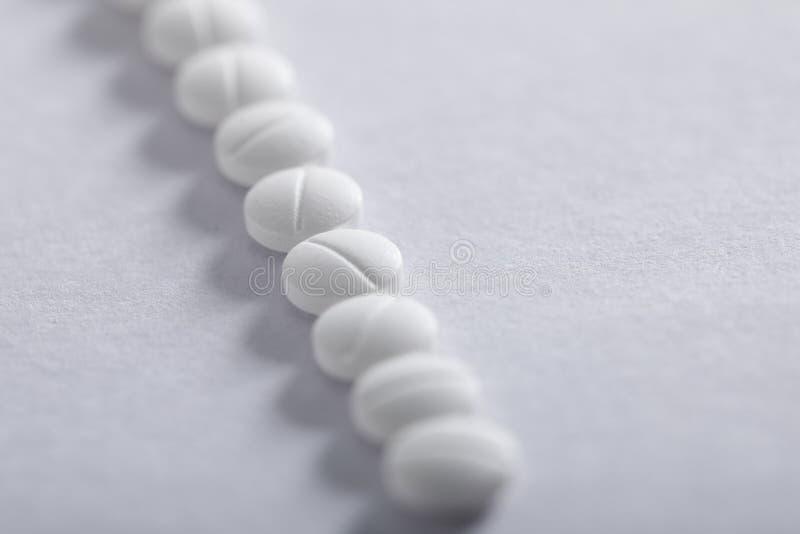 Compresse della medicina su fondo bianco, tema della farmacia fotografia stock