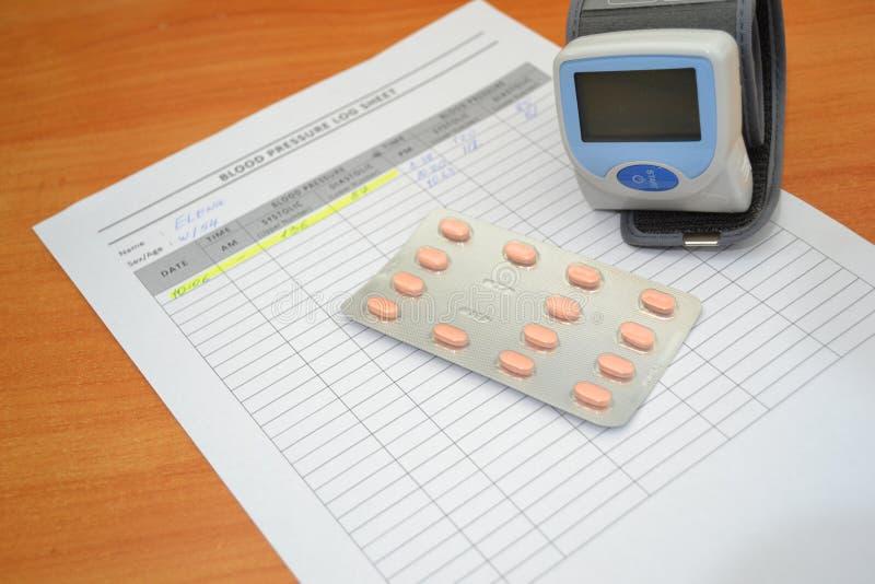 Compresse per controllo di pressione sanguigna e il tonometer immagini stock libere da diritti