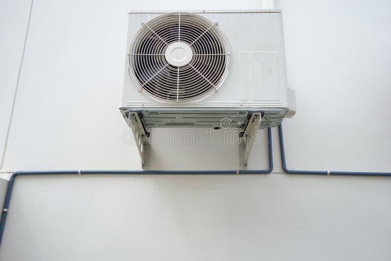 Compresseur extérieur de pompe à unité ou à chaleur de climatiseur ou fan de condensateur pour le climatiseur de soutien photographie stock