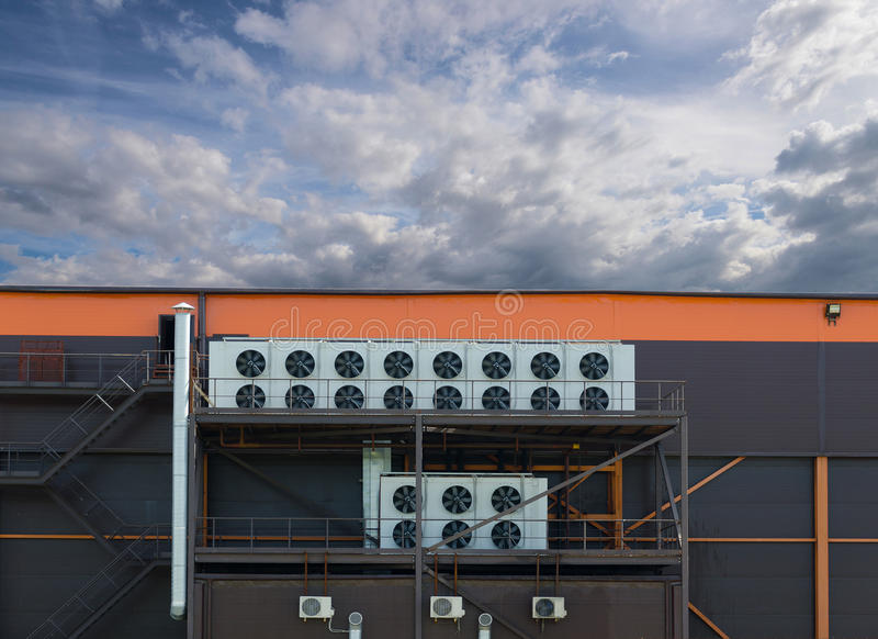 Compresseurs d'air installés sur le bâtiment industriel dehors photos libres de droits