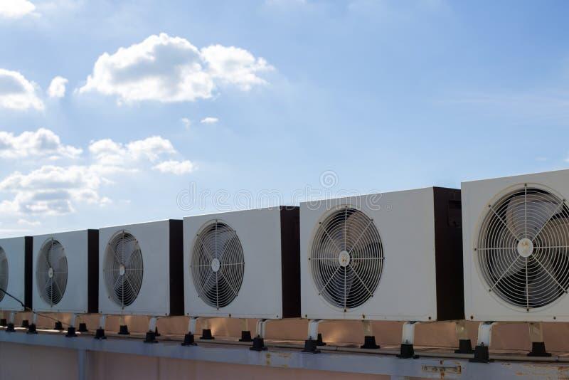Compresseurs d'air sur le toit de l'usine photographie stock libre de droits