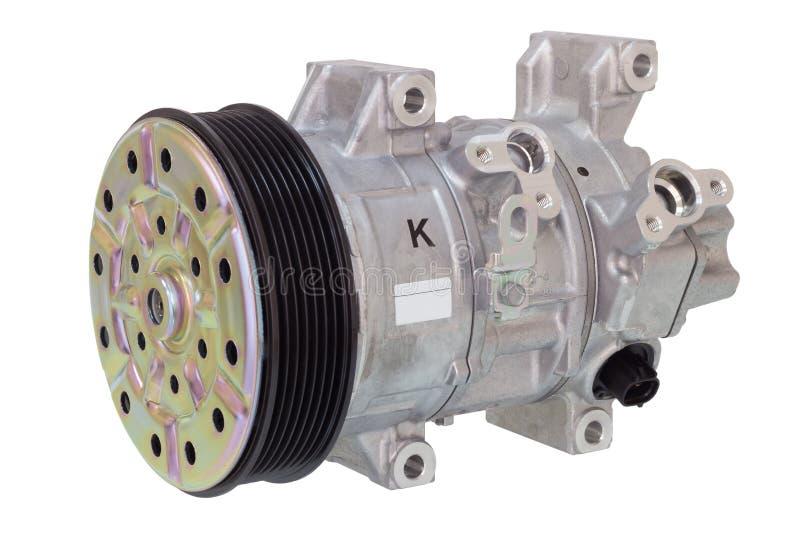 Compressor automotivo do condicionamento de ar em um branco Peças de motor imagens de stock