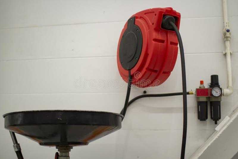Compressor in het servicestation Onderhoud van auto's stock foto