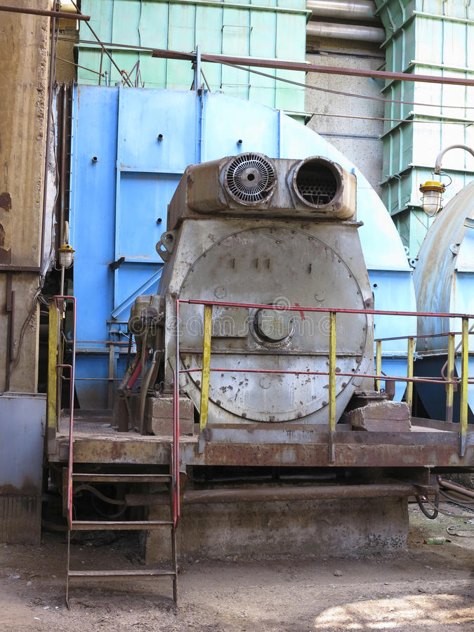 Compressore d'aria industriale enorme nella vecchia centrale elettrica fotografia stock libera da diritti