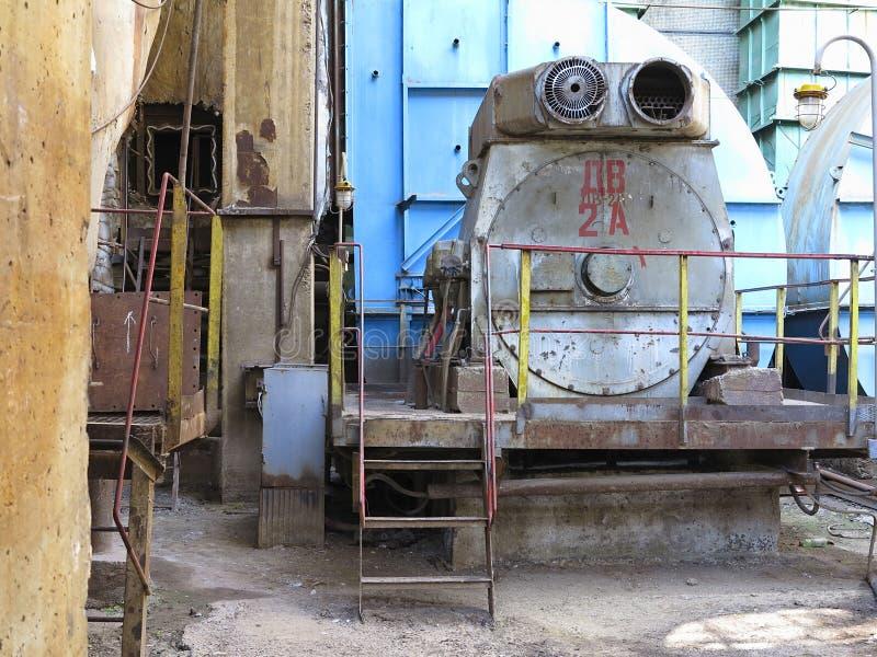 Compressore d'aria industriale enorme nella vecchia centrale elettrica immagini stock