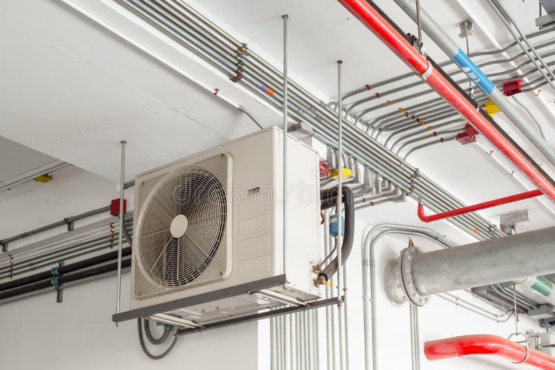 Compressore del condizionatore d'aria installato e che appende sulla parete del soffitto immagine stock libera da diritti