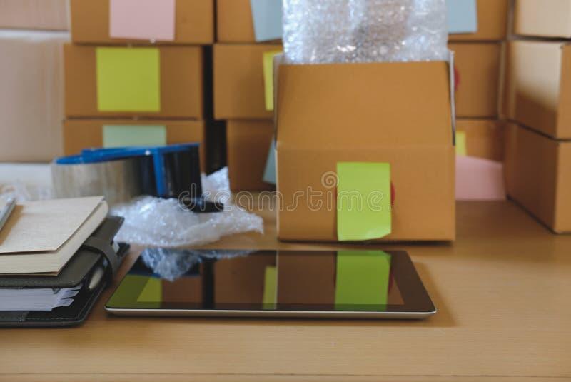 comprimé, accessoires de emballage sur le lieu de travail du petit busine de démarrage images stock