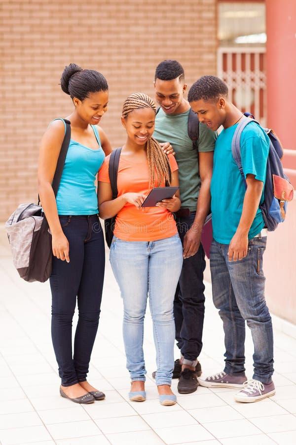 Comprimé d'étudiants de groupe image libre de droits