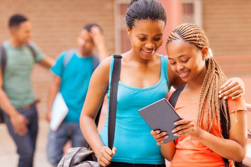 Comprimé d'amies d'étudiante image libre de droits