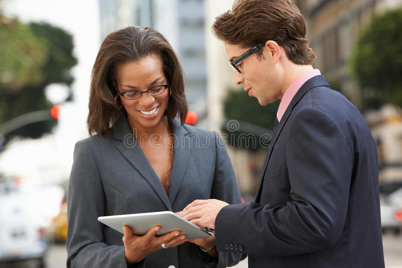 Comprimé d'And Businesswoman Using Digital d'homme d'affaires dehors photos stock