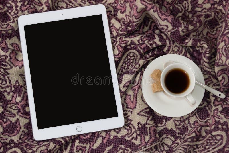 Comprimé d'IPad Apple avec une tasse de café Fond féminin élégant et confortable, concept pour la publicité photos libres de droits