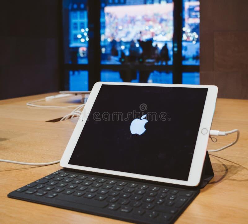 Comprimé d'ordinateur d'IPad avec le logo d'Apple à Apple Store photo stock