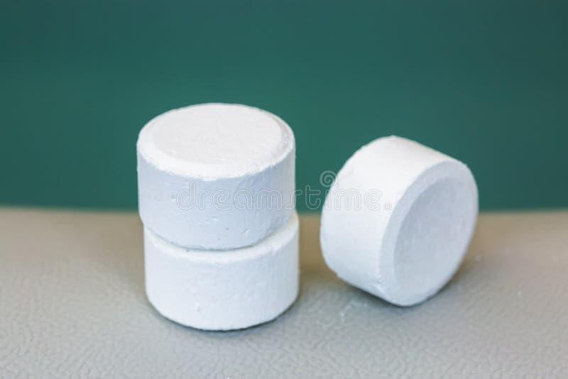 comprimé de chlore ou de bromure pour le mainteance de la qualité de l'eau de photographie stock