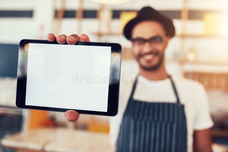 Comprimé de Digital à disposition de propriétaire de café images stock