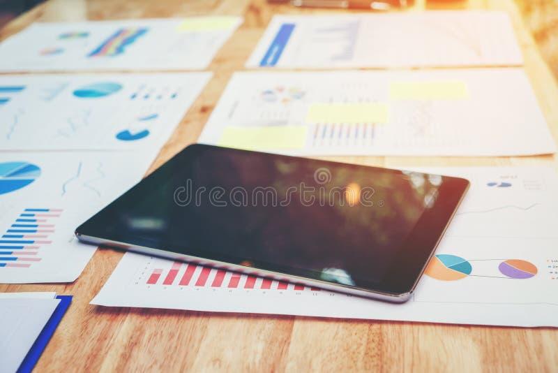 Comprimé de Digital avec l'écran vide sur les graphiques et les diagrammes financiers photo libre de droits