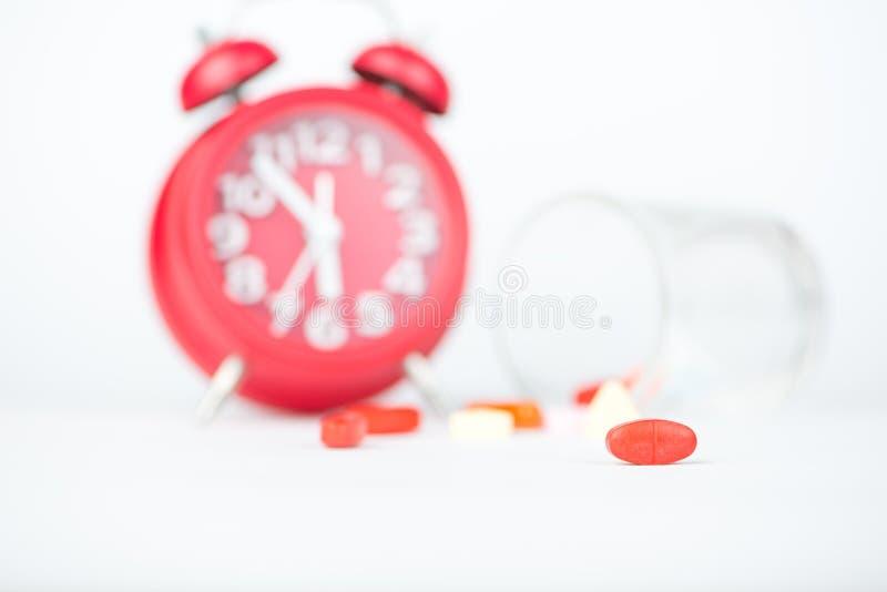 Comprimé de médecine, distribuant le Ti en verre et rouge de médecine d'exposition d'horloge image libre de droits