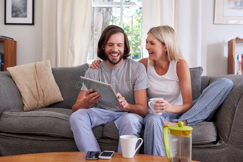 Comprimé de mode de vie de couples photographie stock