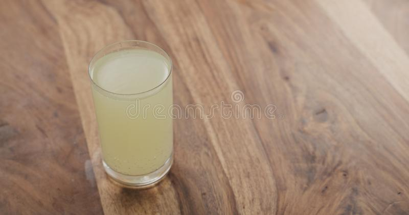 Comprimé effervescent en verre de l'eau sur la table en bois photos stock