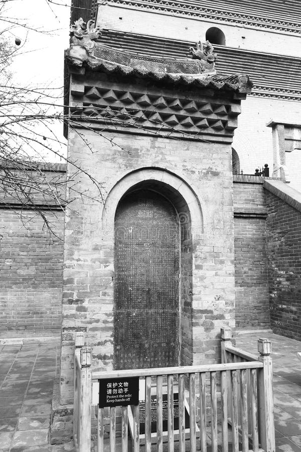 Comprimé en pierre antique du temple célèbre de jianfusi en hiver, image noire et blanche images stock