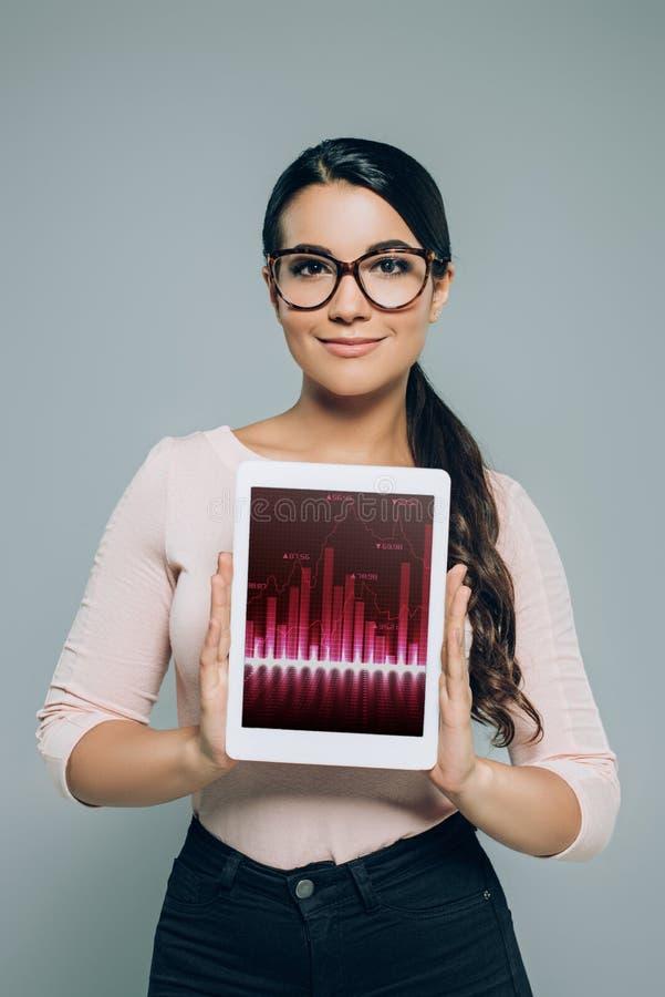 comprimé numérique d'apparence de femme avec le graphique de gestion images stock