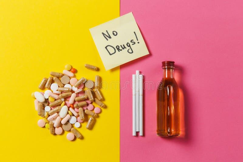 Comprimés de médicament sur le fond de couleur Concept de santé, traitement, choix, mode de vie sain photographie stock libre de droits