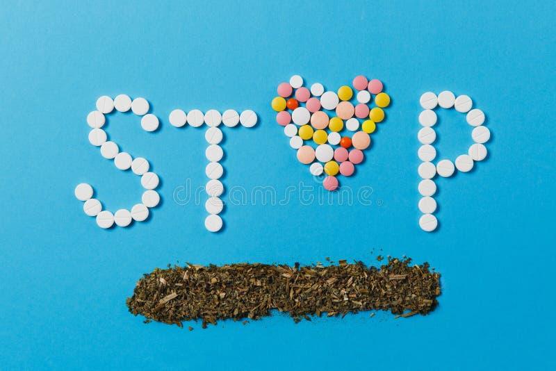 Comprimés de médicament sur le fond de couleur Concept de santé, traitement, choix, mode de vie sain photos stock