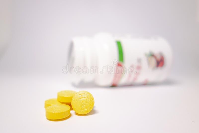 Comprim?s jaunes et bouteilles blanches images libres de droits