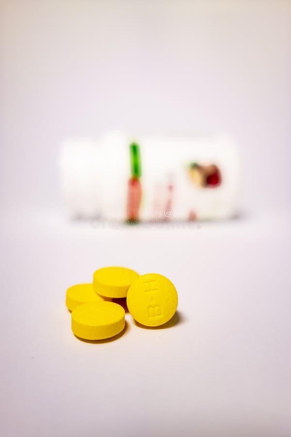 Comprim?s jaunes et bouteilles blanches photo libre de droits