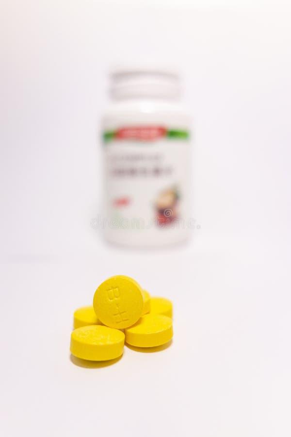 Comprim?s jaunes et bouteilles blanches photographie stock