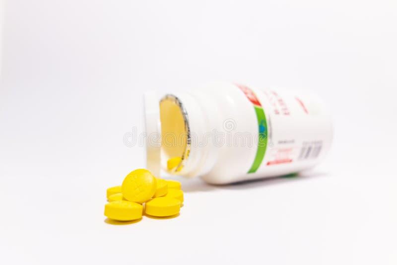 Comprim?s jaunes et bouteilles blanches image libre de droits