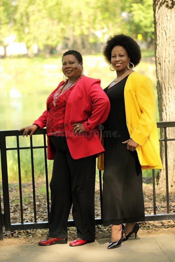 Comprimento cheio ao ar livre mais velho de duas mulheres pretas fotografia de stock