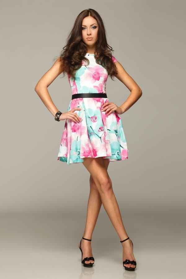 Comprimento cheio da fêmea no levantamento do vestido do verão fotos de stock royalty free