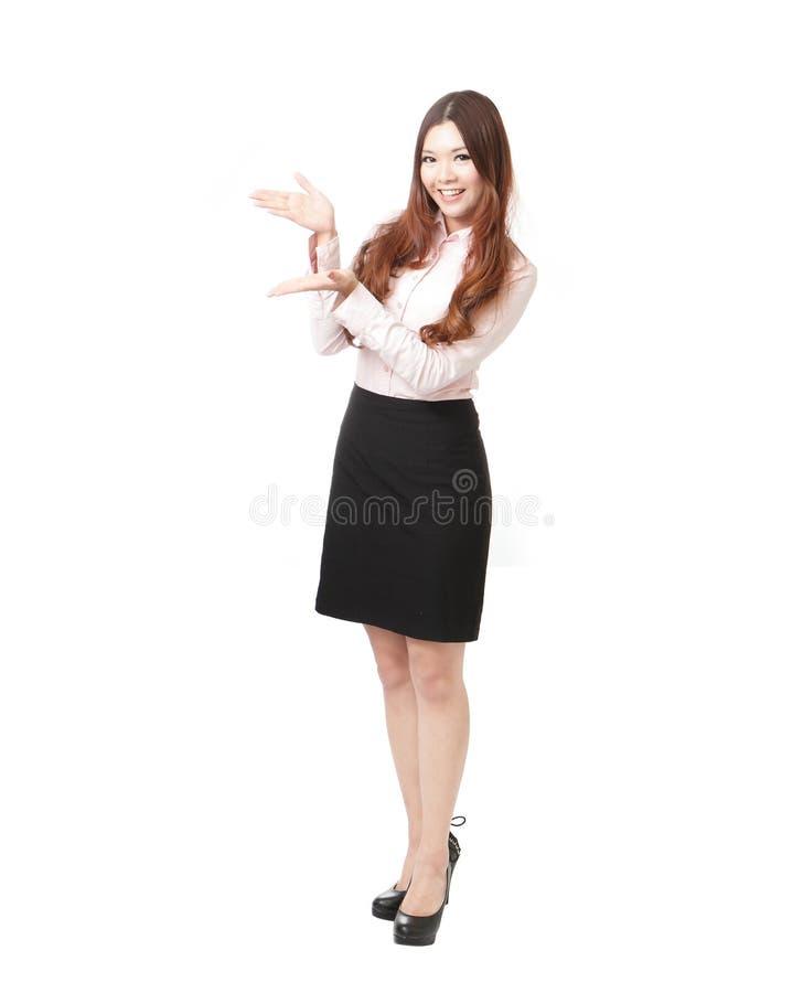 Comprimento cheio da mulher de negócio que dá a apresentação foto de stock