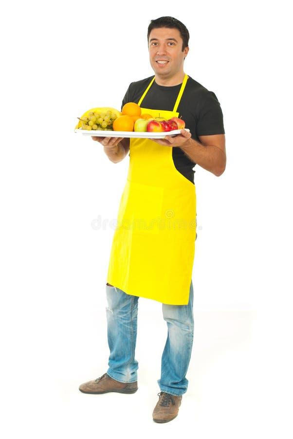 Comprimento cheio do trabalhador do mercado com frutas fotografia de stock