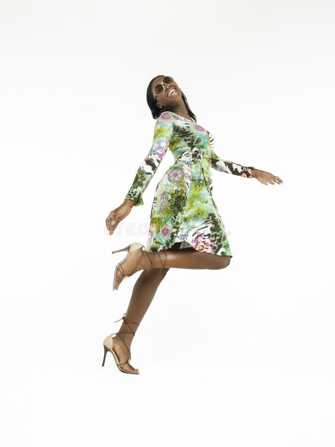 Comprimento completo da mulher afro-americano nos saltos foto de stock