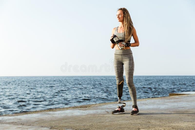 Comprimento completo da mulher deficiente de sorriso do atleta foto de stock royalty free