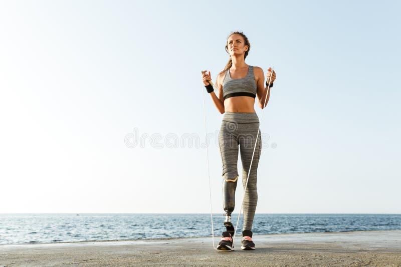 Comprimento completo da mulher deficiente segura do atleta fotos de stock