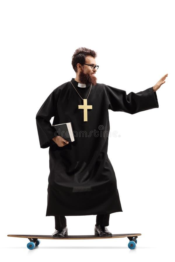 Comprimento completo disparado de um padre que monta um longboard isolado no fundo branco fotos de stock