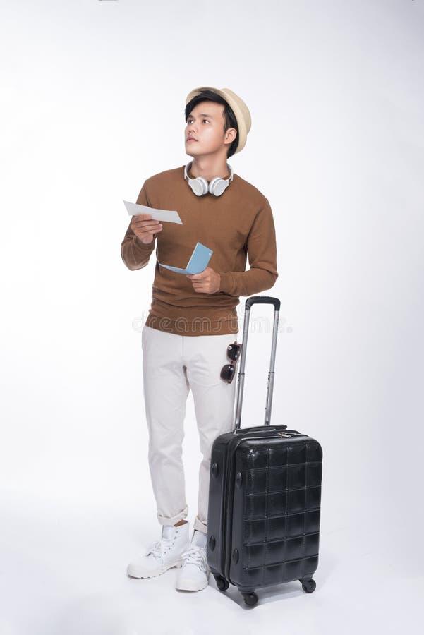 Comprimento completo do homem asiático do turista novo que guarda o passaporte com sui foto de stock royalty free