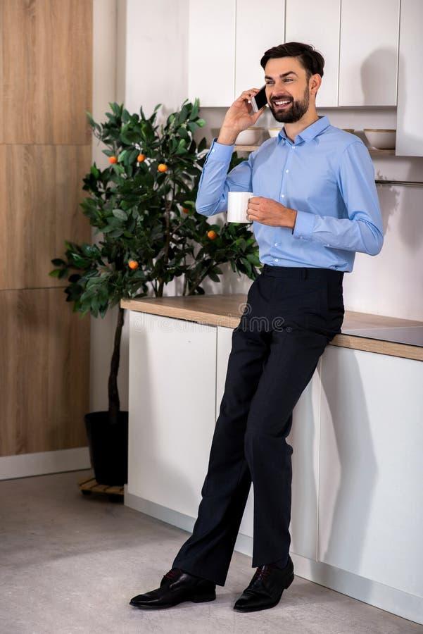 Comprimento completo do homem de negócios alegre que fala no telefone imagens de stock royalty free