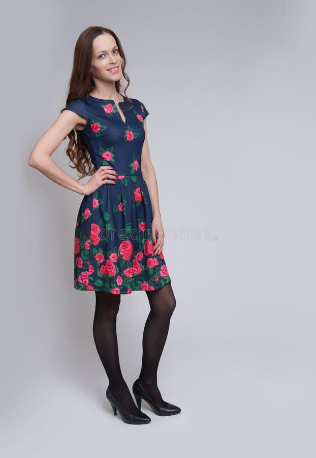 Comprimento completo do levantamento fêmea bonito no vestido foto de stock