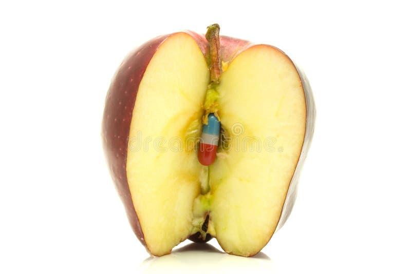 Comprimido dentro de uma maçã. fotografia de stock royalty free