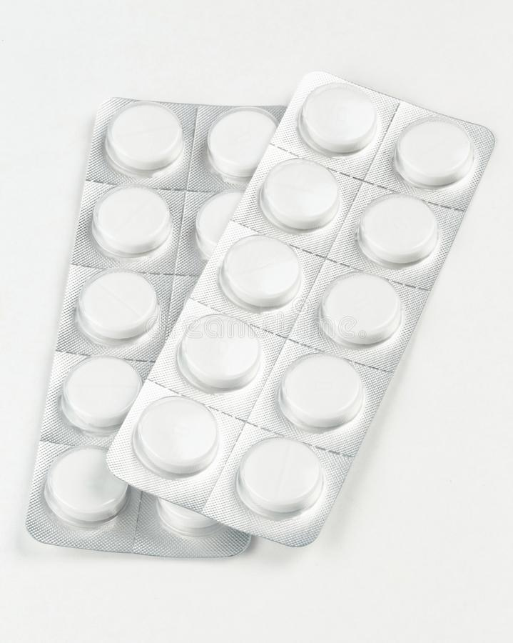 Comprimidos brancos em uma bolha no fundo branco fotografia de stock royalty free